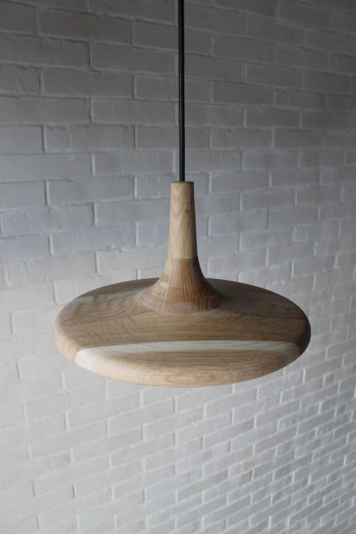 Pakabinami šviestuvai, Pakabinamas medinis šviestuvas HATLED