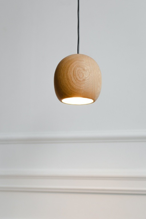 Pakabinami šviestuvai, Pakabinamas medinis šviestuvas Nut